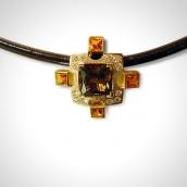 Kulonas - auksas 750, dūminis kvarcas, granatai, briliantai