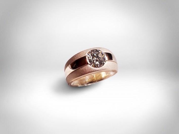 Žiedas - karamelės spalvos auksas 585, briliantas (1,62 ct D VVS1)