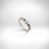 Sužadėtuvių žiedas Nr. 249 - baltas auksas 750, briliantas 0.17 ct FG VS2, briliantai, safyrai
